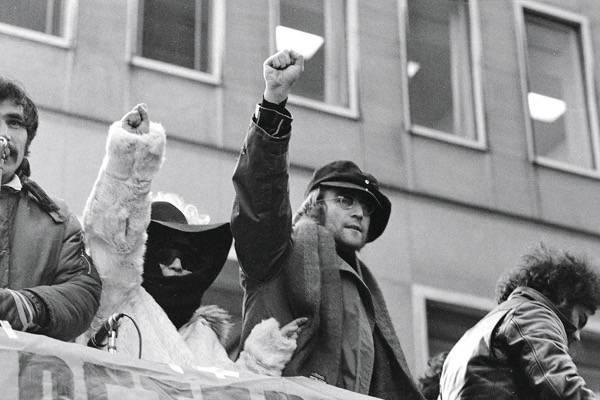 Em protesto que reuniu cerca de 500 pessoas, o casal pede a retirada de tropas britânicas na Irlanda do Norte (1972). Foto: AP Photo/Ron Frehm/Editora Valentina
