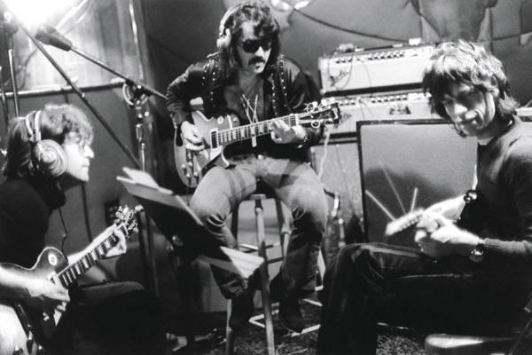"""Ao lado de Wayne """"Tex"""" Gabriel, guitarrista do Elephant's Memory, Lennon recebe o amigo Mick Jagger no Record Plant (1972). Foto: Bob Gruen/bobgruen.com"""