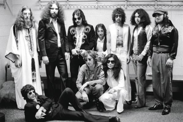 Lennon, Yoko, o produtor Phil Spector (deitado) e os músicos do Elephant's Memory, no camarim do Madison Square Garden (1972). Foto: Bob Gruen/bobgruen.com